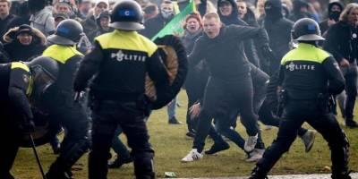 Hollanda'da polisten hükümet karşıtı gösteriye coplu müdahale