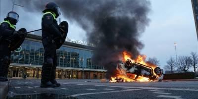 Hollanda'da korona önlemlerine karşı gösterilere polis müdahale etti