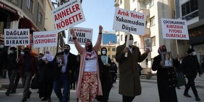 Vanlı aileler HDP İl Başkanlığı önünde oturma eylemi başlattı