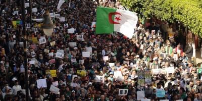 Cezayirliler 'köklü değişim' talebiyle bir kez daha meydanlarda