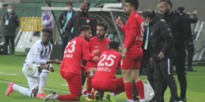 Futbolcular maç sırasında oruçlarını açtı