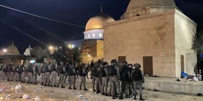Siyonist İsrail polisi Mescid-i Aksa'ya girerek cemaate saldırdı