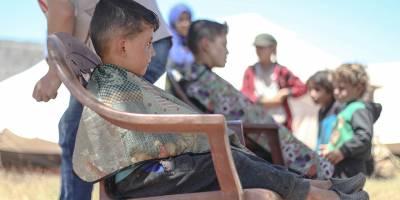 İdlib'de gönüllü berberler çadırlarda yaşayan çocuklara bayram tıraşı yaptı