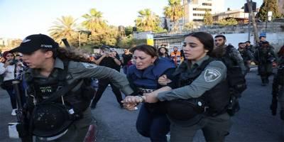 İşgalcinin cesur askerleri Al Jazeera muhabirini gözaltına aldı!
