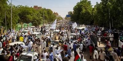 Sudan'da binlerce kişi hükümetin feshi talebiyle Cumhurbaşkanlığı Sarayı önünde toplandı