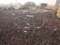 Devrimin Yıldönümünde Onbinler Tahrirde