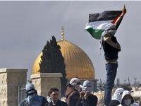 Filistinli Gençlerden İsrail Polisine Saldırı