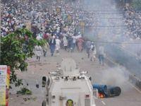 Bangladeşte Polis Vurdukça İsyan Büyüyor