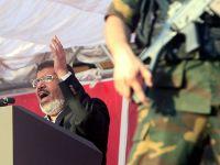 Mursi Mahkemeye Rabia İşaretiyle Yanıt Verdi (VİDEO)