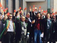 Karan ve Çetinkaya'ya 'Kırmızı Kartla' Protesto