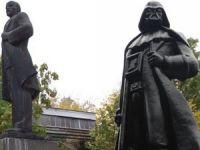 Lenin Heykelini Darth Vader'a Dönüştürdüler