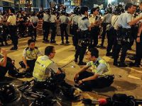 Hong Kong'ta Seyyar Satıcılar 48 Polisi Yaraladı