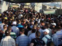 Binlerce Filistinli Cuma Namazı İçin Kontrol Noktalarında