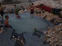 Bombaların Açtığı Çukuru Havuz Yaptılar! (FOTO)