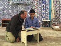 Suriyeli Genç Cami Cemaatine Kur'ân Okumayı Öğretiyor