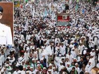 Endonezya'da Binlerce Müslüman Sokaklara Döküldü!
