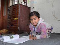 Suriyeli Fatma Balkonda Ders Çalışmaktan Kurtuldu