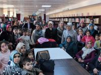 Anne Babalarıyla Kütüphaneye Gidip Kitap Okuyorlar