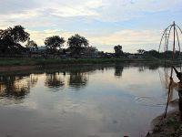Karınlarını Doyurmak İçin Kirli Nehirden Balık Avlıyorlar!