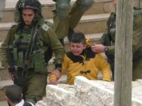 İşgalci İsrail Askerleri 8 Yaşındaki Çocuğu Yalın Ayak Sürükledi!