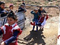 Çocukluklarını Eski Kamyonet Kasasında Geçiriyorlar