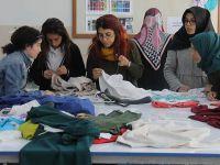 Kullanılmayan Kıyafetleri Onarıp İhtiyaç Sahiplerine Ulaştırıyorlar