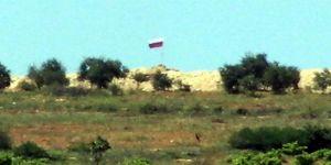 PYD/PKK Kontrolündeki Bölgede Esed ve Rus Bayrağı