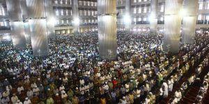Ramazanın İlk Cumasında 120 Bin Kişilik Cami Tıklım Tıklım
