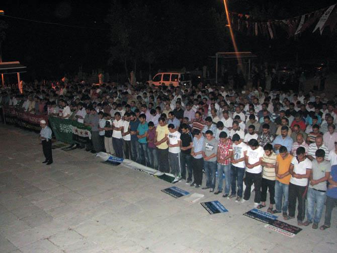 12_08_2012_fatih_camii_giyabi_cenaze_namazi_05.jpg