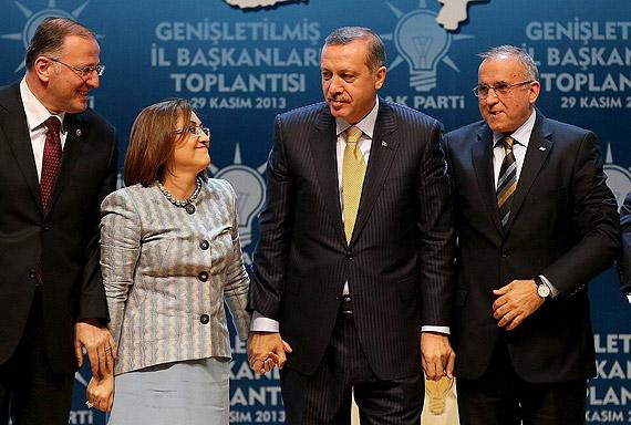 ak_parti_fatma-sahin-erdogan-el-ele.jpg