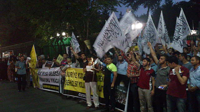 ankara-misir-buyukelciligi-darbenin-yildonumunde-protesto-05.jpg