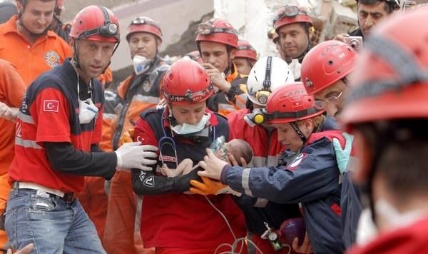 azra-bebek-14_van-depremi02.jpg