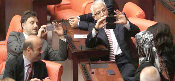 basortulu-milletvekili-mecliste-telefon-fotograf-twitter.jpg
