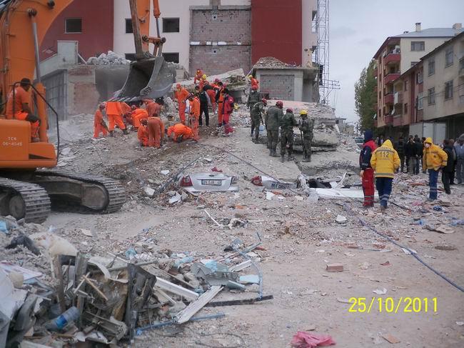 deprem-ercis-20111015-1.jpg