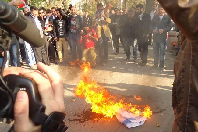 fatih-sarachane-gazze-suriye-eylemi_israil-bayragi-yakilirken.jpg