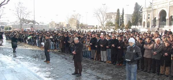 hizb-ut-tahrir_protesto_beyazit03.jpg