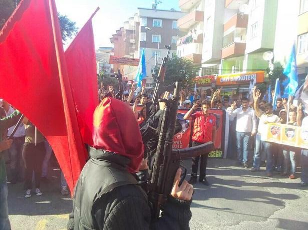 istanbul-suruc-cenaze-gazi-silahli-militanlar01.jpg