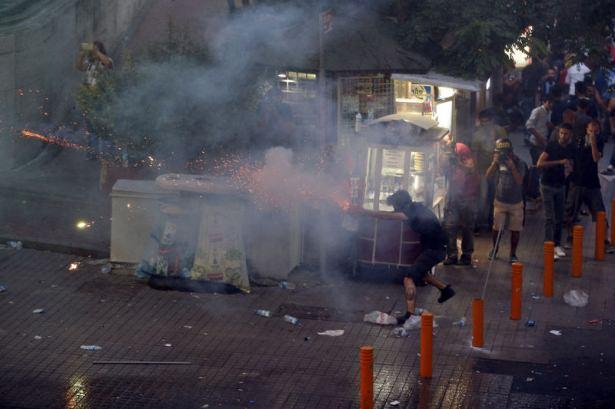 istanbul-suruc-cenaze-gazi-silahli-militanlar08.jpg