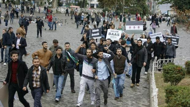 istanbul-universitesi-iu_suriye_bizim-cocuklar_sergi-protesto03.jpg