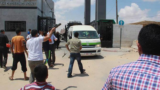 jawad-awad-cevad-avad-ramallah-saglik-bakani-protesto03.jpg