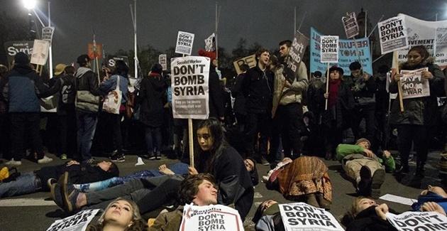 londrada_suriye_tezkeresi_protesto_edildi-(1).jpg