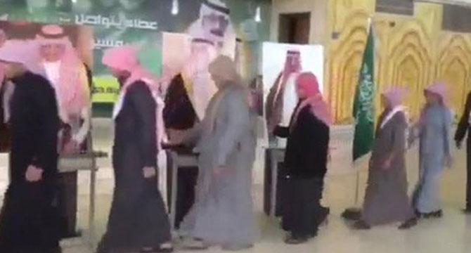suudi-arabistan-kral-selman-karton-kral03.jpg