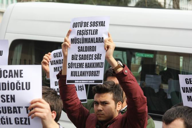 universite-gencligi-ducane-cundioglu-konferansini-protesto-etti02.jpg