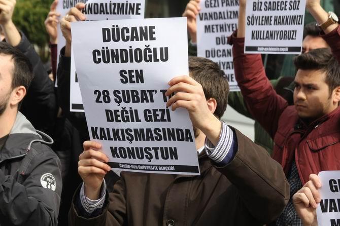 universite-gencligi-ducane-cundioglu-konferansini-protesto-etti03.jpg