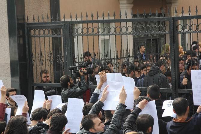 universite-gencligi-ducane-cundioglu-konferansini-protesto-etti08.jpg
