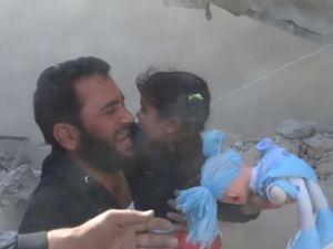 Enkaz Altında Dahi Oyuncağını Bırakmayan Suriyeli Çocuk
