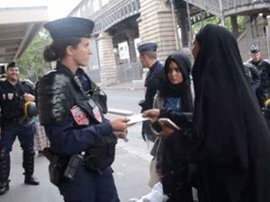 Fransa Polisi Mülteci Kadını Tartakladı!