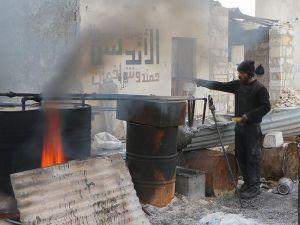 """Kuşatma Altındaki Halep'te """"İlkel Yöntemlerle"""" Yakıt Üretiliyor"""