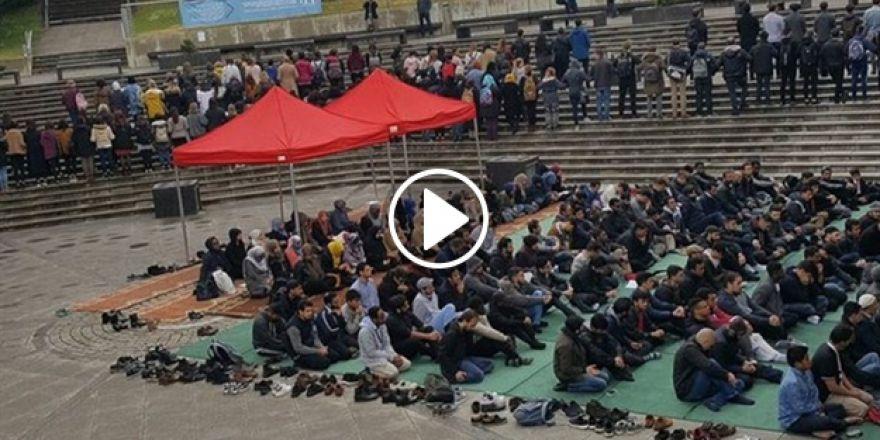 Kampüste Namaz Kılan Öğrencilere 'İnsanlık' Zinciri!